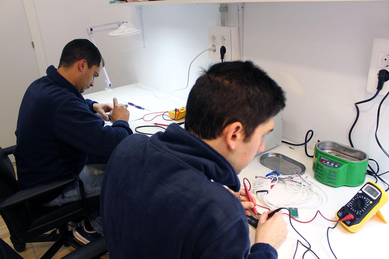 Nuestros técnicos realizando una reparación
