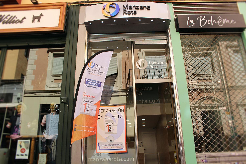 Fachada de nuestra tienda en c/ Puentezuelas (Granada)